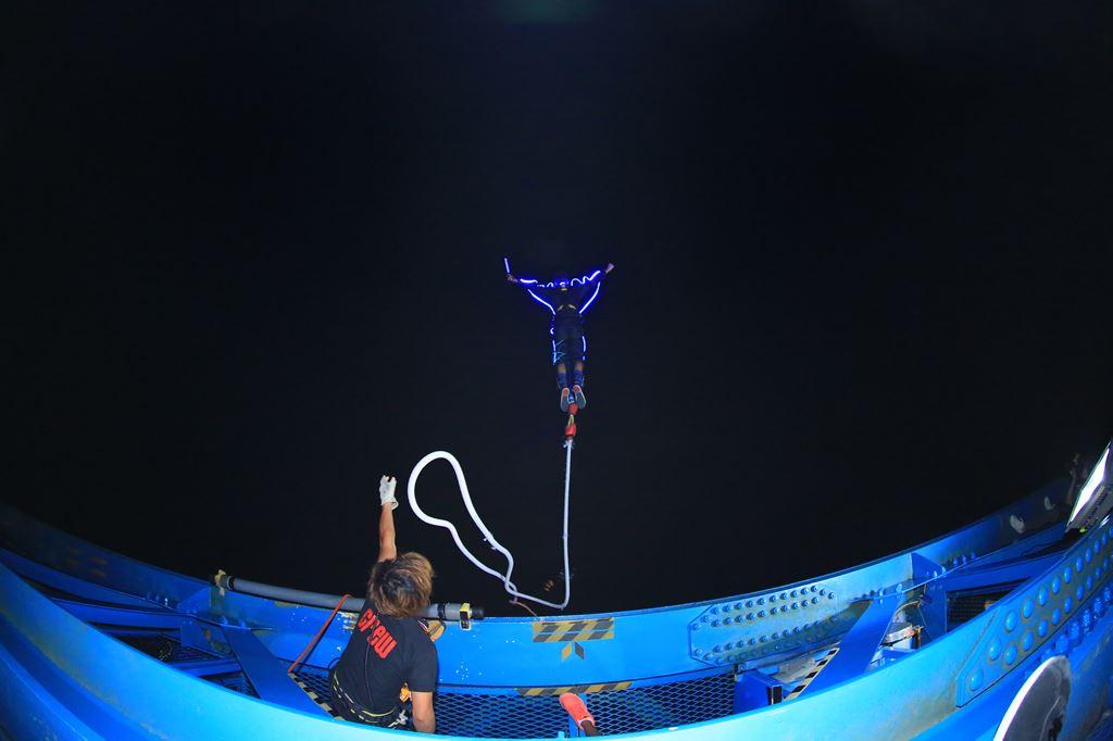 まるで宇宙遊泳?!夏の夜だけ体験できる、暗闇のナイトバンジー。