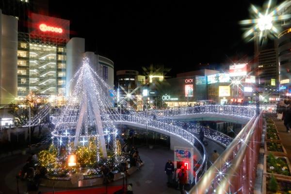 JR神戸線三ノ宮駅 南エリア2階歩行者用デッキ、旧噴水前広場のイルミネーションの写真